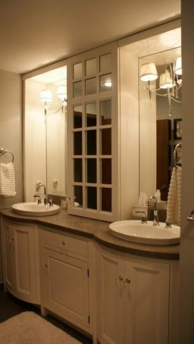 Mirrored cabinet in the middle?
