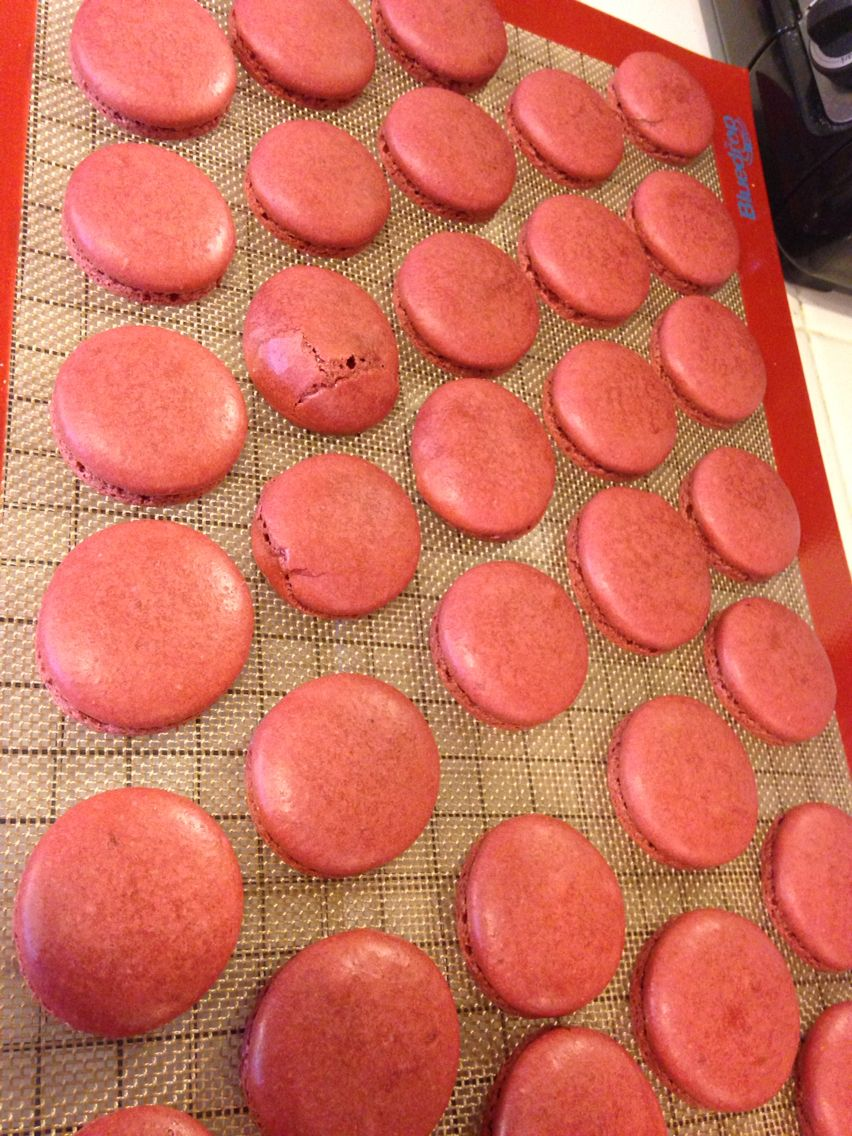 Red velvet macarons, bigger than ever! But not always turn out perfect.