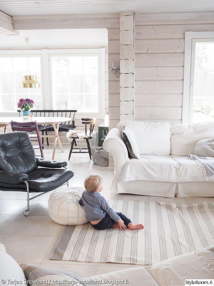 pouf,valkoinen sohva,nahka,nojatuoli,pinnasohva,bonanza,bonanza tuoli,bumling,messinki,valkoinen laattalattia,valkoinen laatta,hirsitalo,olohuone