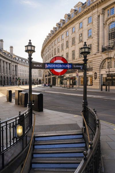 400 Piece Jigsaw Puzzle. tube on to Regents Street, london, England, UK. streets, banks, afternoon, streetscene, west end, regent street, street scenes, streetscenes, regents street, picadilly circus. Image supplied by AWL Images