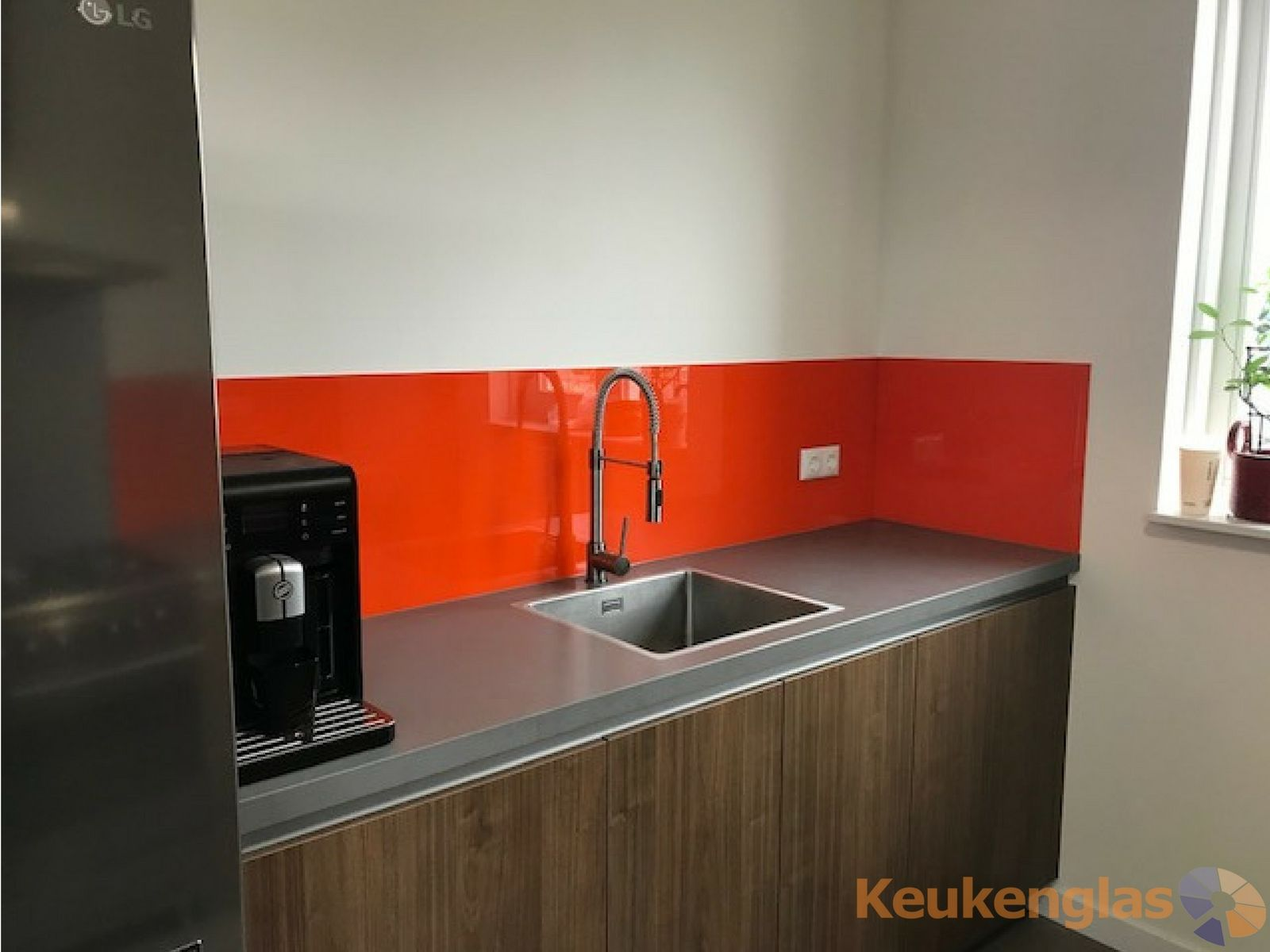 Kleurrijke achterwand van glas combinatie van oranje en metallic