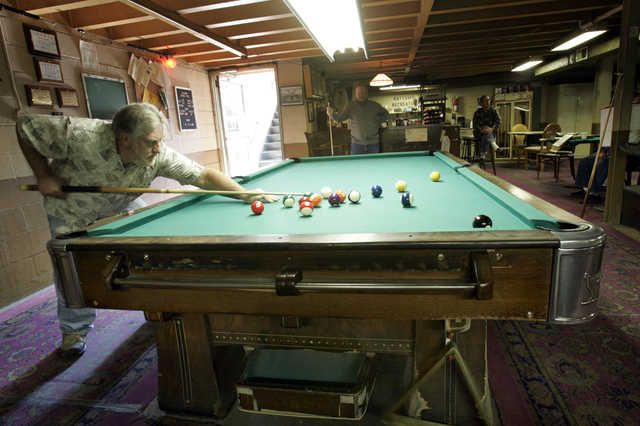 10 Foot 100 Year Old Pool Table Snooker Room Billiards Pool Cues