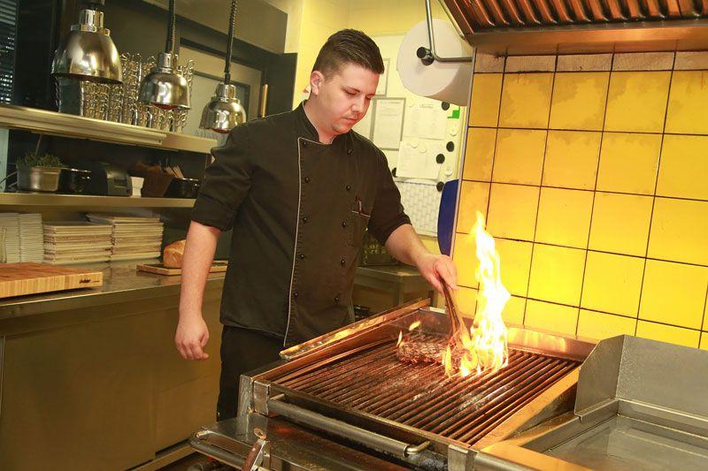 Steak Vom Lava Stein Grill Im Flatschers Gegrilltes Steak