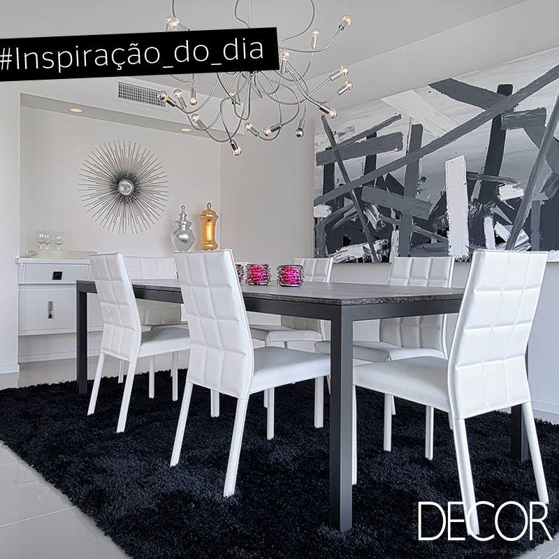 A paleta de tons neutros como o branco, cinza e preto predominam neste jantar.  Destaque para a obra de arte abstrata e para o tapete, que trazem elegância ao ambiente. Já a ampla mesa e as cadeiras adicionam conforto ao espaço.