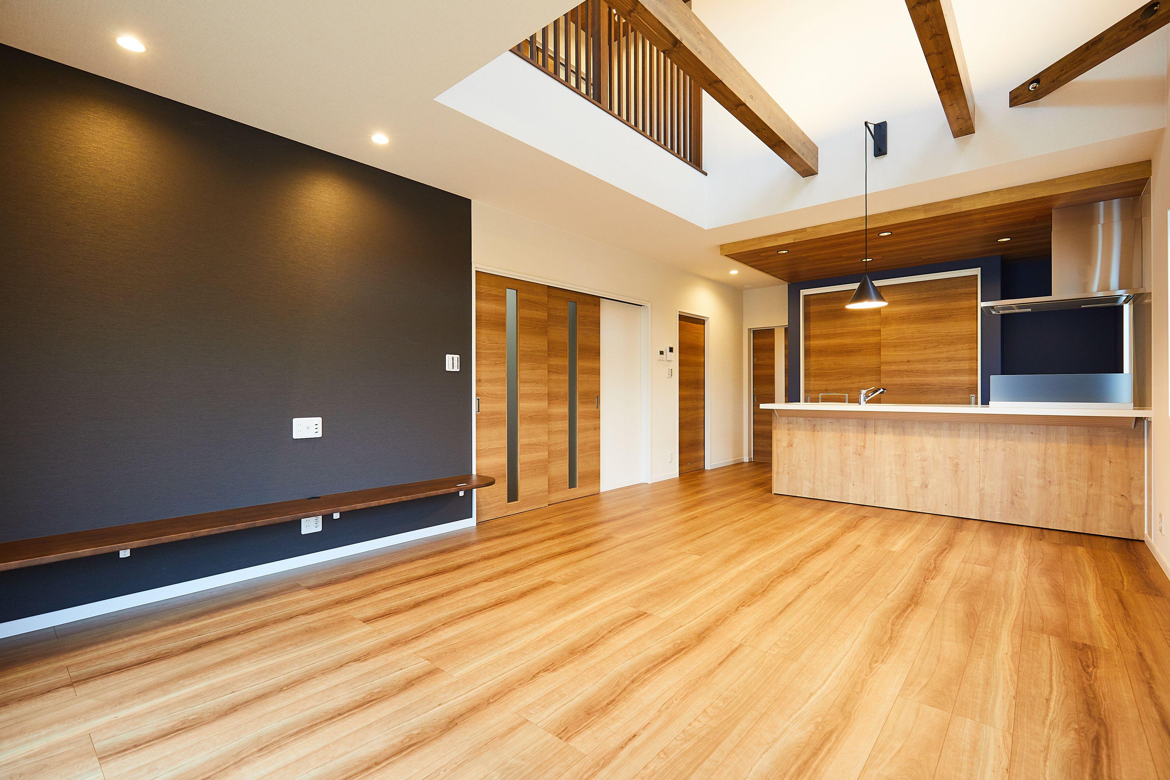 板貼りの天井 に黒のアクセントが カフェをイメージさせ この家の