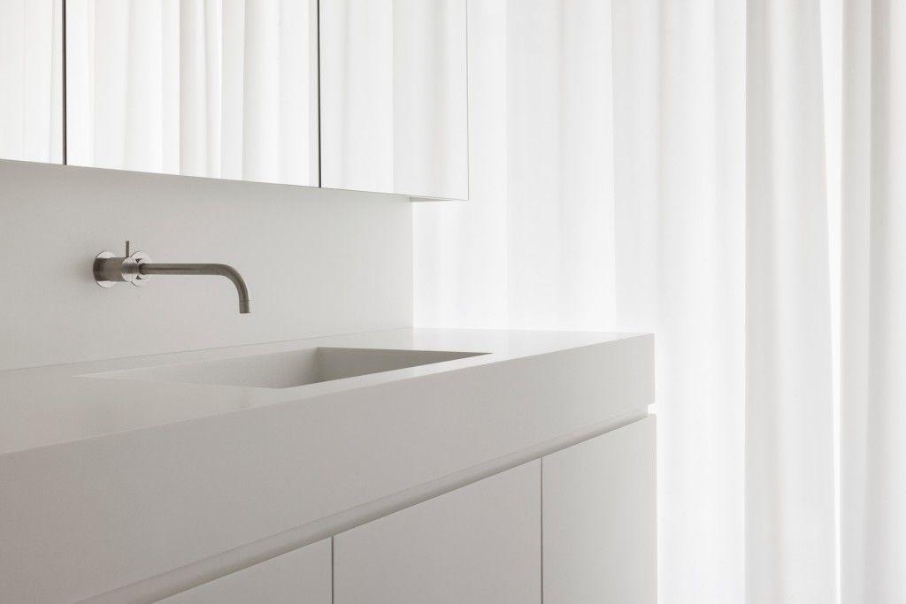 Deco-Lust is reeds 15 jaar lang officiële QualityNetwork Partner van DuPont ™ Corian®. Corian is een duurzaam, hygiënischen gebruiksvriendelijkmateriaal. Zeer geschikt voor badkamers, keukensmaar ook voor openbare gebouwen omdat hetzeer onderhoudsvriendelijk is. Alle afmetingen zijn mogelijk omdat delen naadloos verwerkt worden.