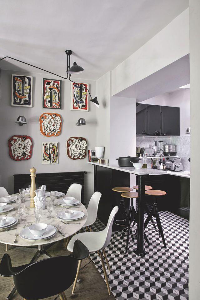 On craque pour cette cuisine noire ouverte sur la salle à manger et les inspirations murales