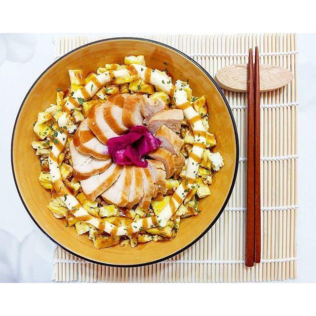 strongbaby_onthetable#스베운동식단  Homemeal after workout. :Chicken mayo over rice. Put smoked chicken breast and egg scramble over rice. Then squeeze mayo over Smoked chicken breast and eggs. I think chicken mayo is oily. So I put cabbage pickles in the middle of that. . . チキンマヨです。これは韓国ではけっこう人気があります!特に学生達にありますね。まあ,大人にも当然です。 . . 치킨마요덮밥입니다. 한국어가 짧을 때는 위에서 하고 싶은말을 다해서이고 한국어가 길 때는 영어랑 일본어가 부족해서입니다ㅋㅋㅋ. 대부분의 경우 영어 일어 한국어 내용이 달라요. 똑같이쓰면 제가 지겨워서. 영어의 경우 한국 음식에 대한 설명이나 레시피가 많습니다. 하고 싶은 말을 하기엔 영어가 부족해서요…