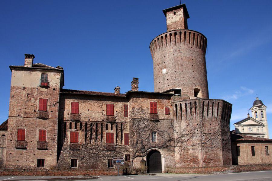 Il castello di Sartirana e sullo sfondo la Chiesa di San Rocco