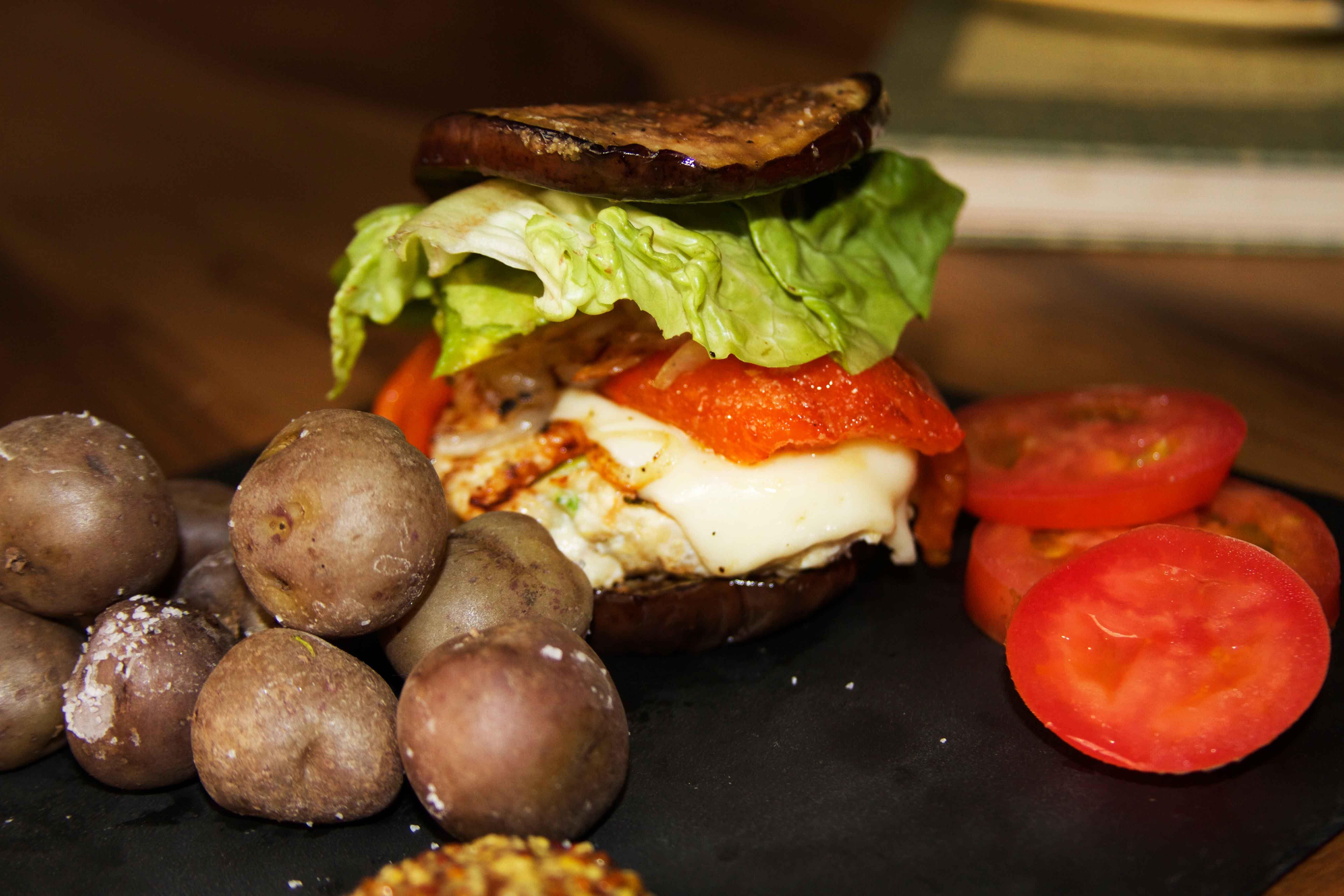 Burger de pollo  hecha en casa! y sin pan! receta: http://blogs.elespectador.com/sin-pecado-concebido/2015/07/08/rapida-pero-no-chatarra/  puedes ver el paso paso en youtube!