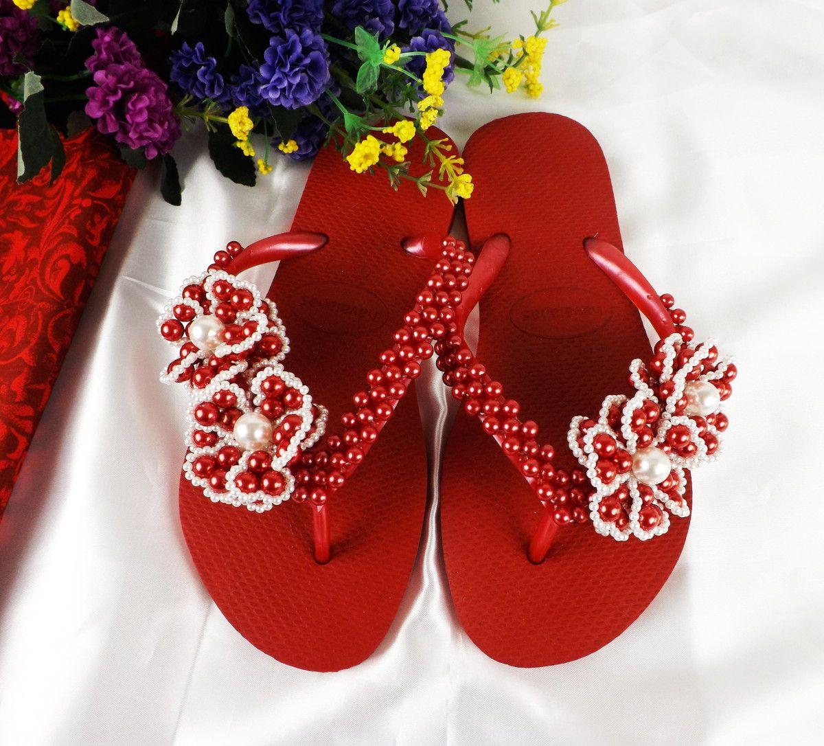 f7bfe9262d Chinelo Havaianas personalizado com um bordado simples de pérolas e lindas  flores vermelhas na tira.