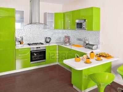 Intérieur de cuisine moderne avec une décoration verte Banque dimages