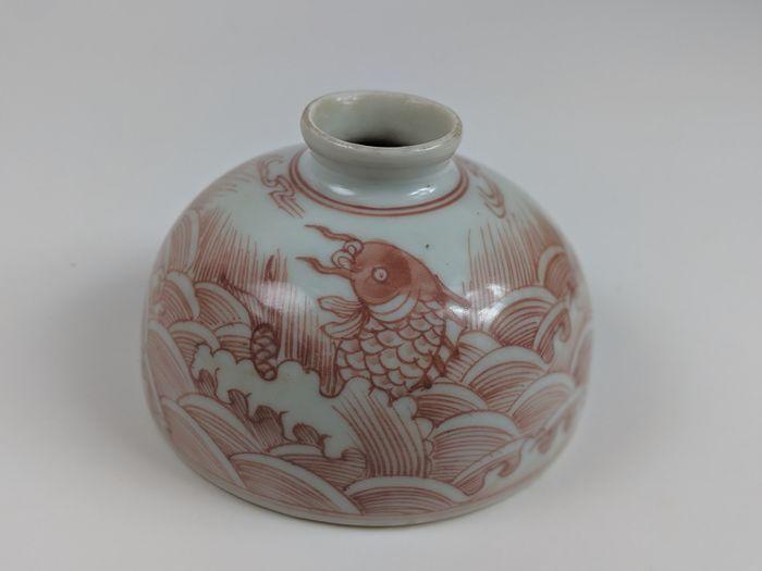 Catawiki Online-Auktionshaus: Bienenstock-Wassertopf - Taibai Zun - markiert - Unterglasur Rot - Porzellan - Karpfen - China - Ende des 20. Jahrhunderts