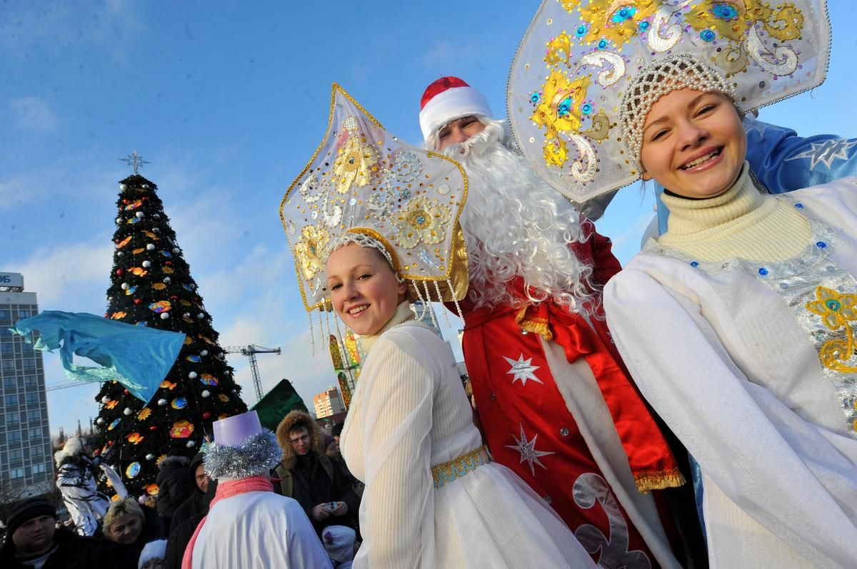 Men wearing costumes of Ded Moroz (Grandfather Frost), the Santa Claus in Russia, Belarus and Ukraine, and women wearing costumes of Snegurochka (Snow Maiden), the traditional companion of Ded Moroz, smile during their parade in Minsk on Dec.25, 2013.