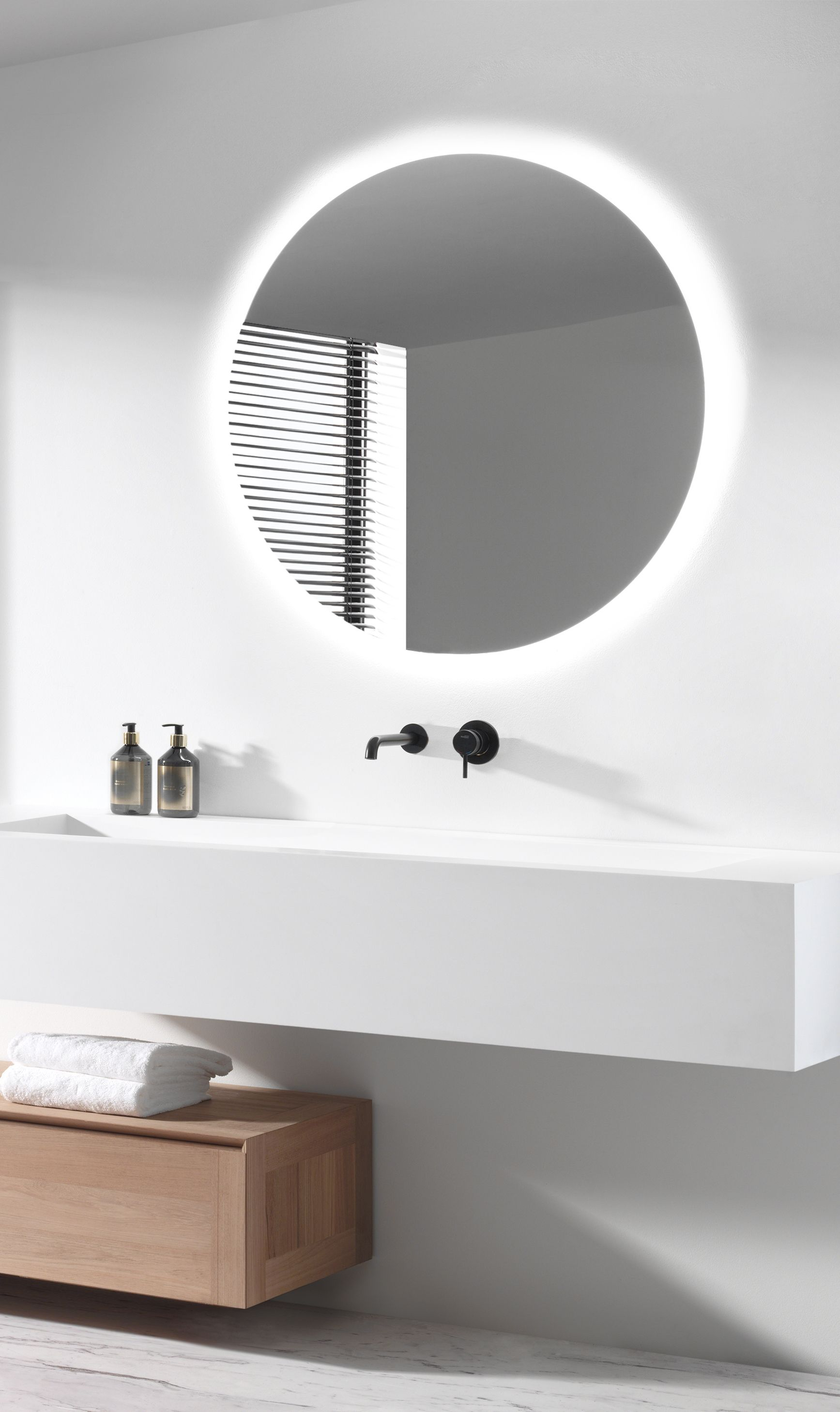 Top Een prachtige ronde spiegel met indirecte verlichting! Zonder IO44