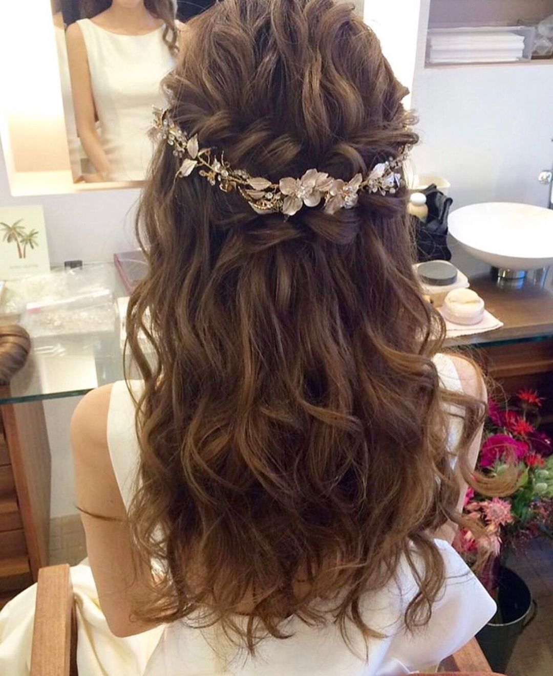 大人sweetな花嫁 ゴージャスなハーフアップには ゴールドのヘアアクセサリーでアクセントを シンプルだけど個性的で 優しい雰囲気がステキですね あえて飾りすぎず ヘアアクセサリーのみのコーディネートが 花嫁様ご自身の魅力を 結婚式 髪型 ハーフ