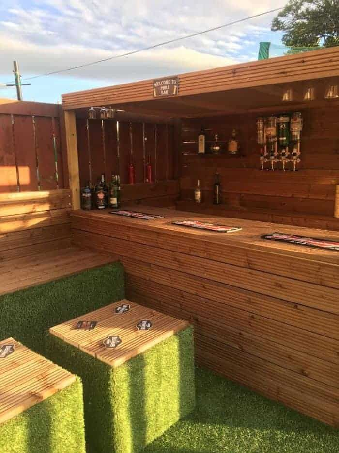 How I Made a Garden Bar from Wood Pallets is part of Outdoor garden bar, Backyard bar, Diy garden bar, Garden bar, Diy garden furniture, Diy outdoor bar - When my daughter wanted a party in the garden for her 16th birthday, I said I'd bring some wood pallets home from work to build a garden pallet bar for
