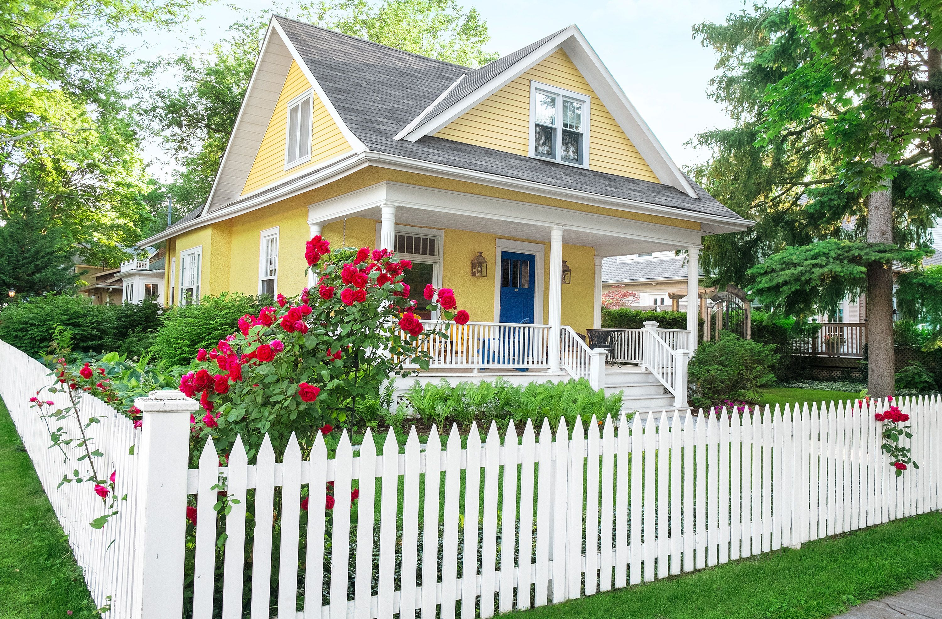 Living The American Dream With A White Picket Fence Farmhouse Landscaping Backyard Fences Front Yard Landscaping Design