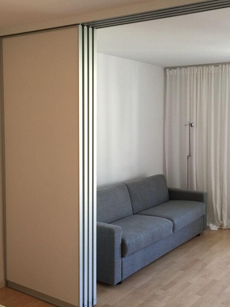 Loft bedroom with no door Raumteiler aus Schiebetüren Hängendes System in AR Dekor weiß Matt