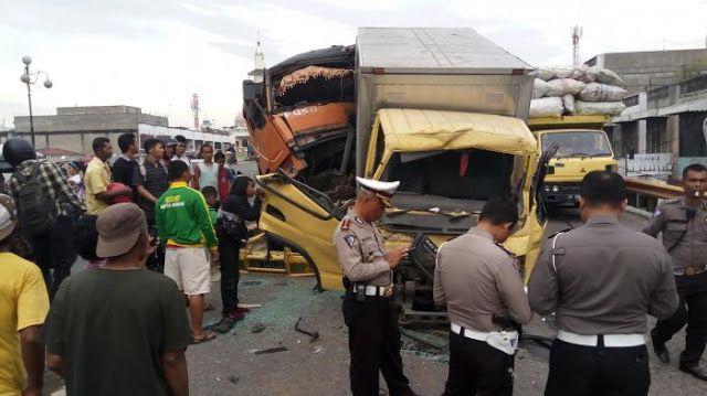 Medan Online Insiden Kecelakaan Lalu Lintas Lakalantas Yang Melibatkan Truk Dan Mobil Terjadi Di Jalan Jenderal Gatot Subroto Kelu Hard Hat Dan Hats