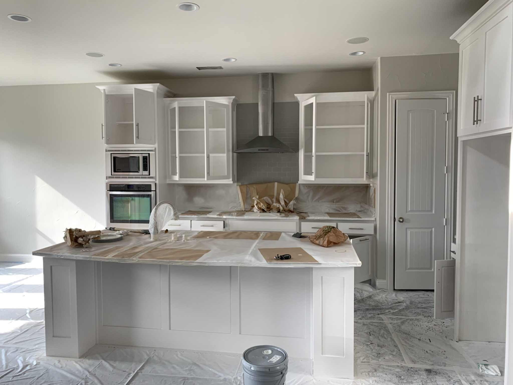 Kitchen With White Painted Cabinets Dfw Painting Refinishing Cabinets Paint Cabinets White Refinish Kitchen Cabinets