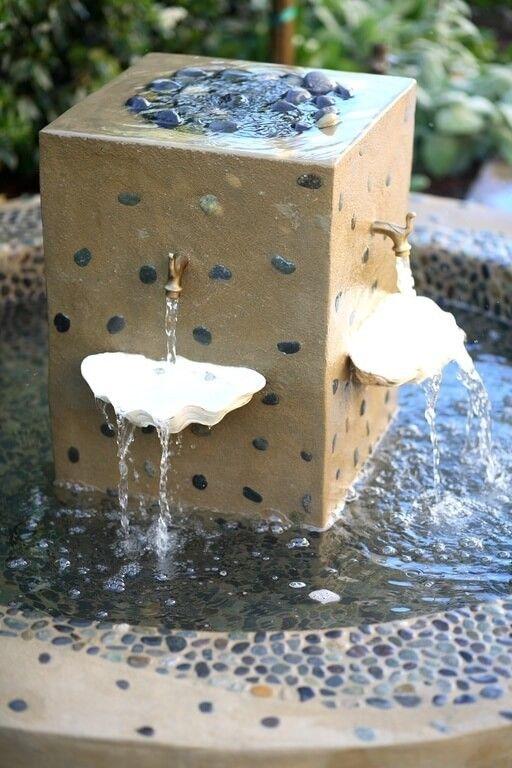 Hier Ist Eine Gemischte Materiell Vogeltränke Mit Schönen Keramischen  Komponenten. Die Brunnen Ergänzungen Halten