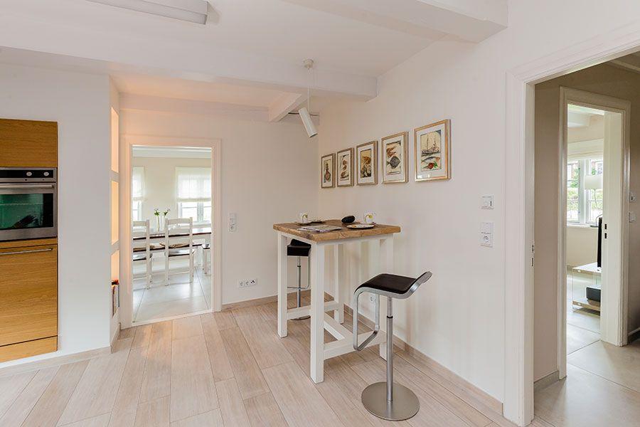 Essplatz in der Küche Bodenfliesen wurden mit einer Holzfliese von - küche mit esszimmer