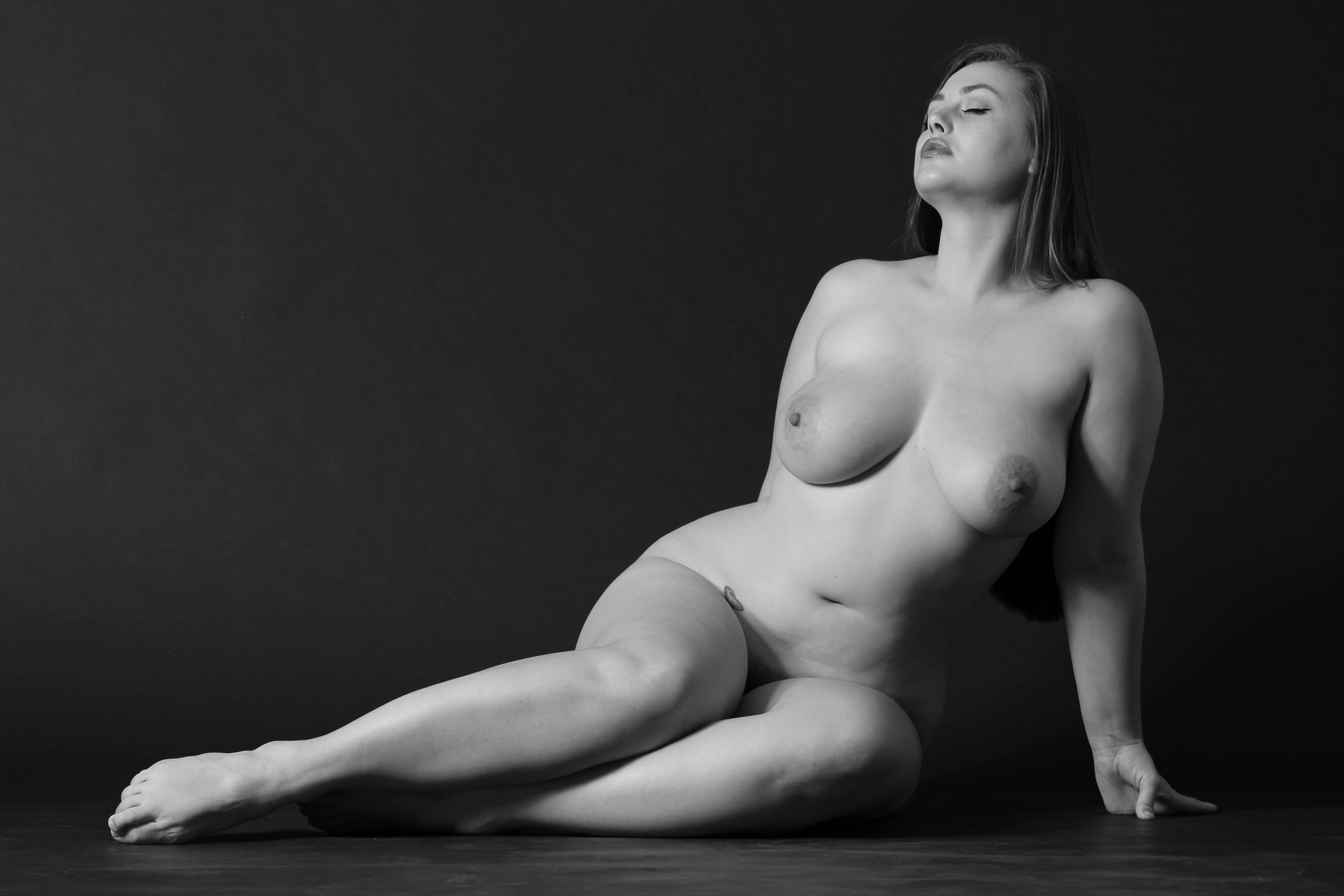 Plus Size Models Pose Nude For Figure Drawing Class