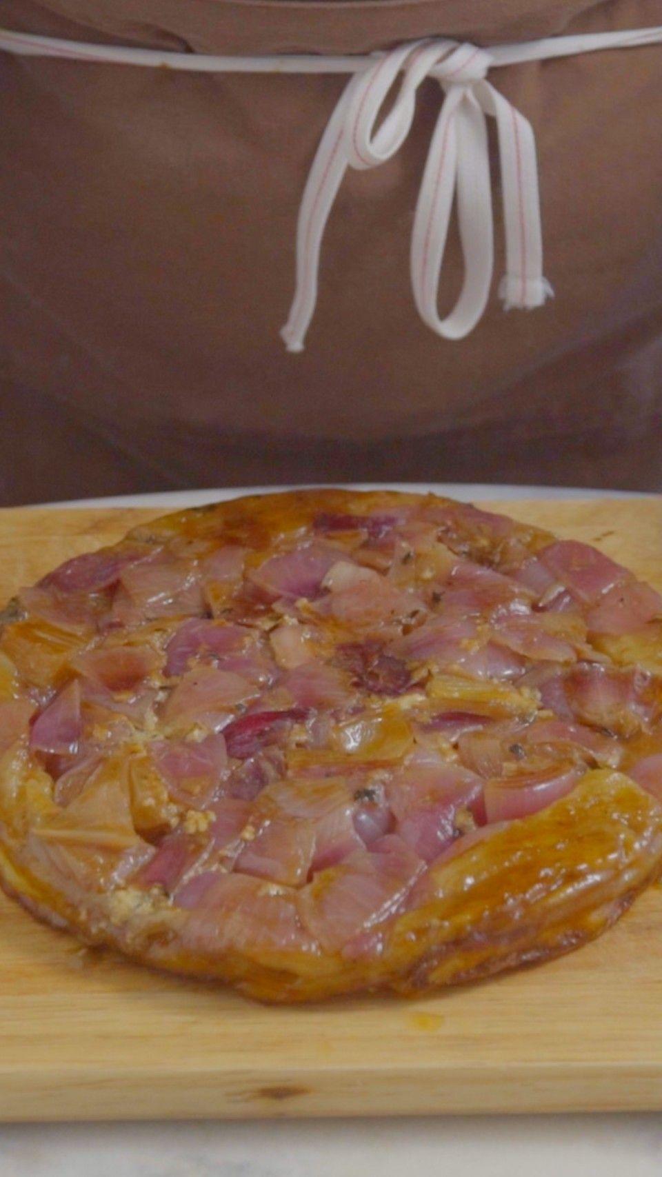 Essa tarte tatin de cebola roxa e gorgonzola fica tão linda e deliciosa que vai roubar a cena de qualquer refeição.