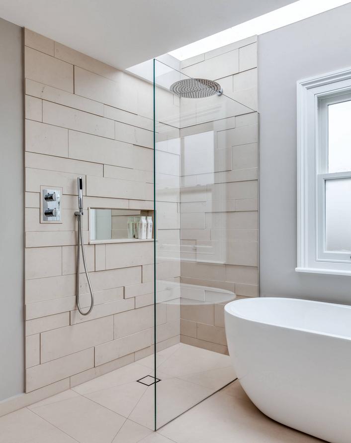 Une cabine de douche moderne et sans porte dans la salle de bain ...