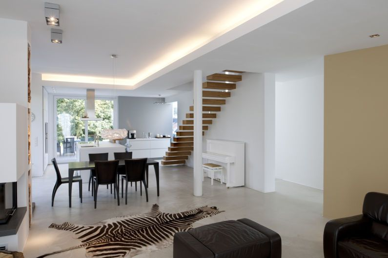 Kche  Esszimmer getrennt vom Wohnzimmer mit Treppe