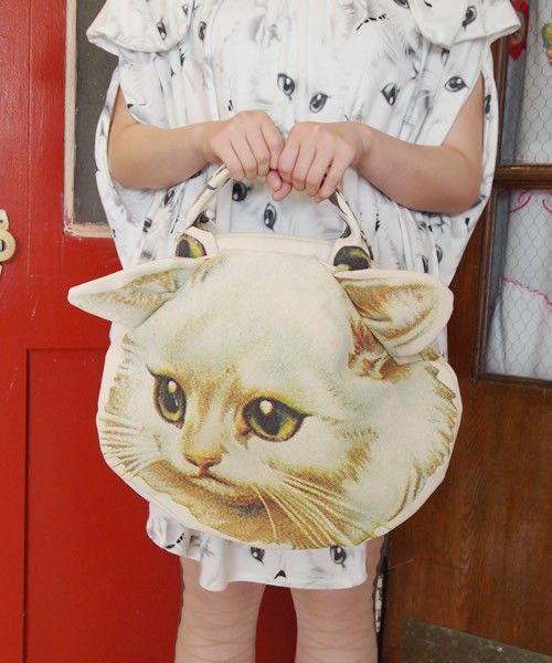 大胆なネコポーチ。着ている服にも注目。 cat purse