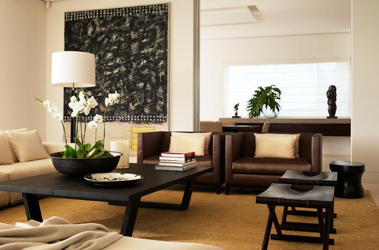 Amarillo y marrón salón con paredes de marfil pintan color, sofá ...