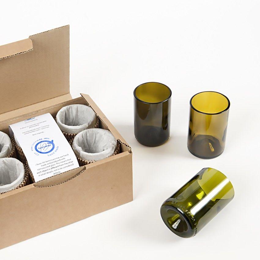 Six in Green set de 6 vasos procedentes de botellas de vino de 0,375l. Este juego de vasos es un homenaje a los diferentes tonos de verdes de las botellas de vidrio. Un complemento perfecto para personalizar tu mesa con un toque de diseño sostenible. Six in Green están disponibles en un pack de seis unidades en diferentes tonos de verde. Boutiquers