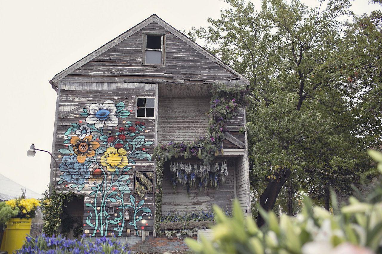 quem diria que uma casa abandonada desabrocharia em um local tão bonito e delicado?  confira esse projeto cheio de sensibilidade: http://portfolio.bimbon.com.br/arquitetura/flower_house_a_casa_de_36_mil_flores
