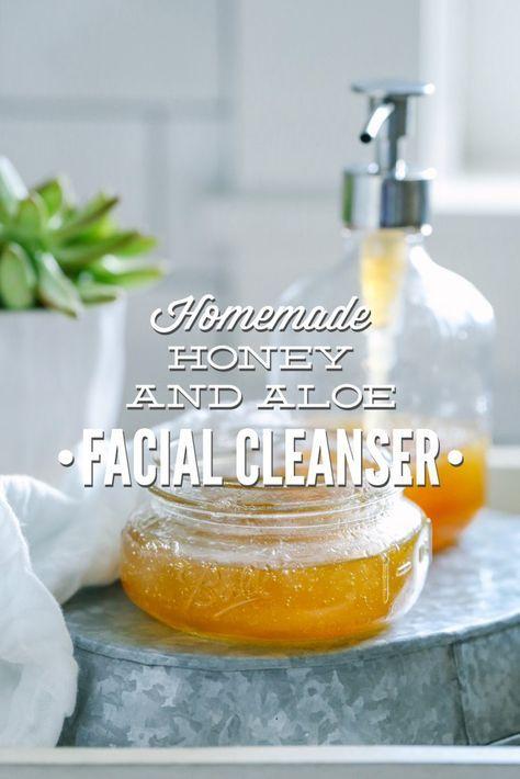 La miel casera y Aloe limpiador facial.  Esto es súper fácil de hacer.  Tan fácil lo único que necesita tres ingredientes, y cero herramientas de fantasía!
