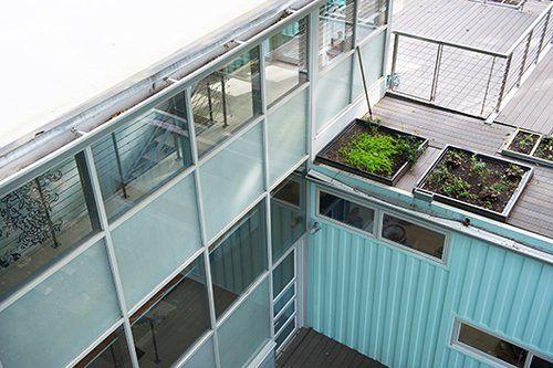 בעלת הבית מאמינה בתכנון ירוק, בחיסכון באנרגיה ובקיימות, ולכן הוצבו בחזית הבית ועל הגג גינות ירק | צילום: Matt Kocourek