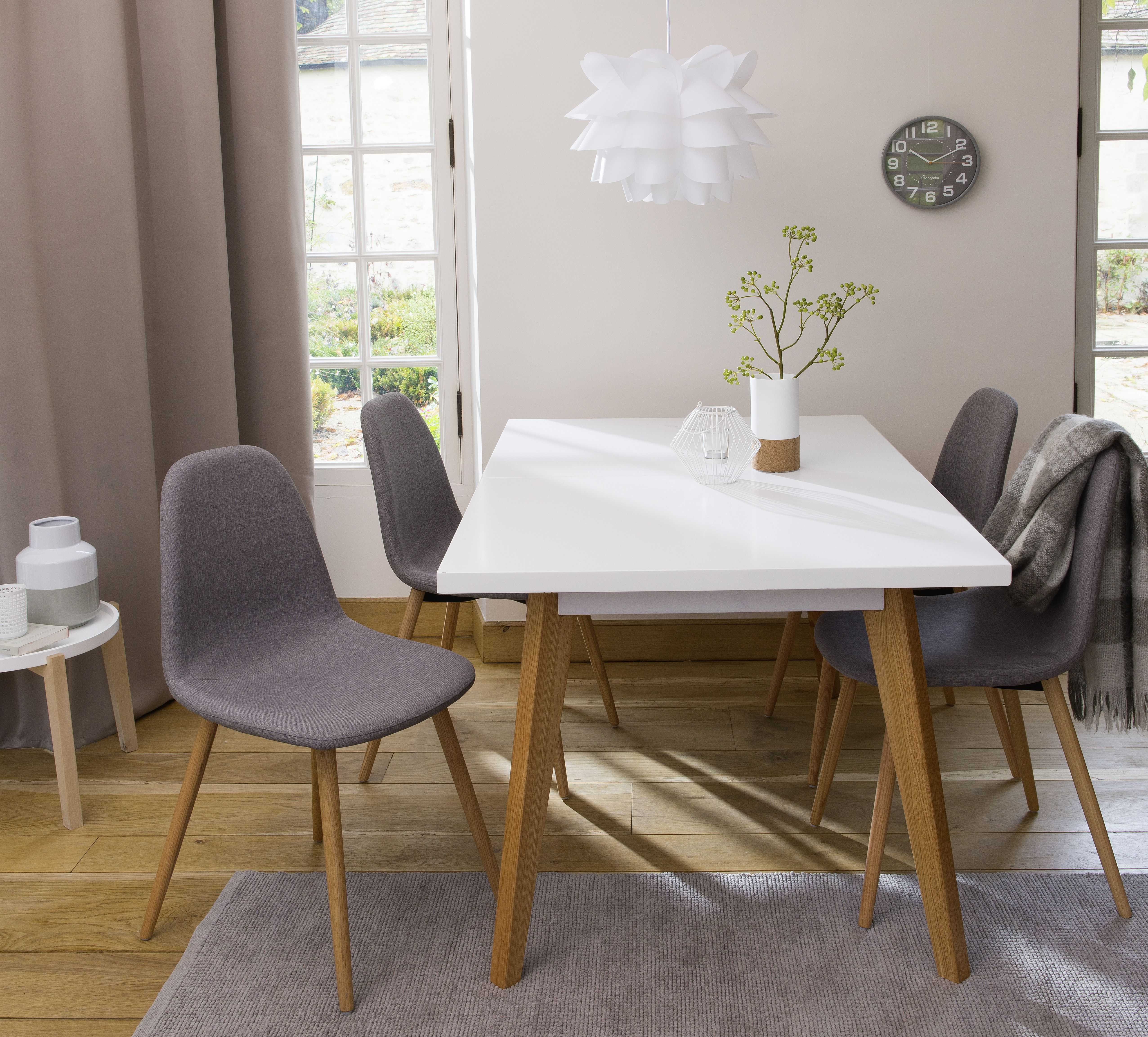 Salle A Manger Design Table Laquee Blanche Chaise En Tissu Avec Pieds En Pin Massif Salle A Manger Moderne Salle A Manger Design Decoration Salle A Manger