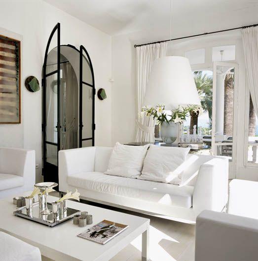 Właściciel powstawiał głównie współczesne białe meble od najlepszych dizajnerów.