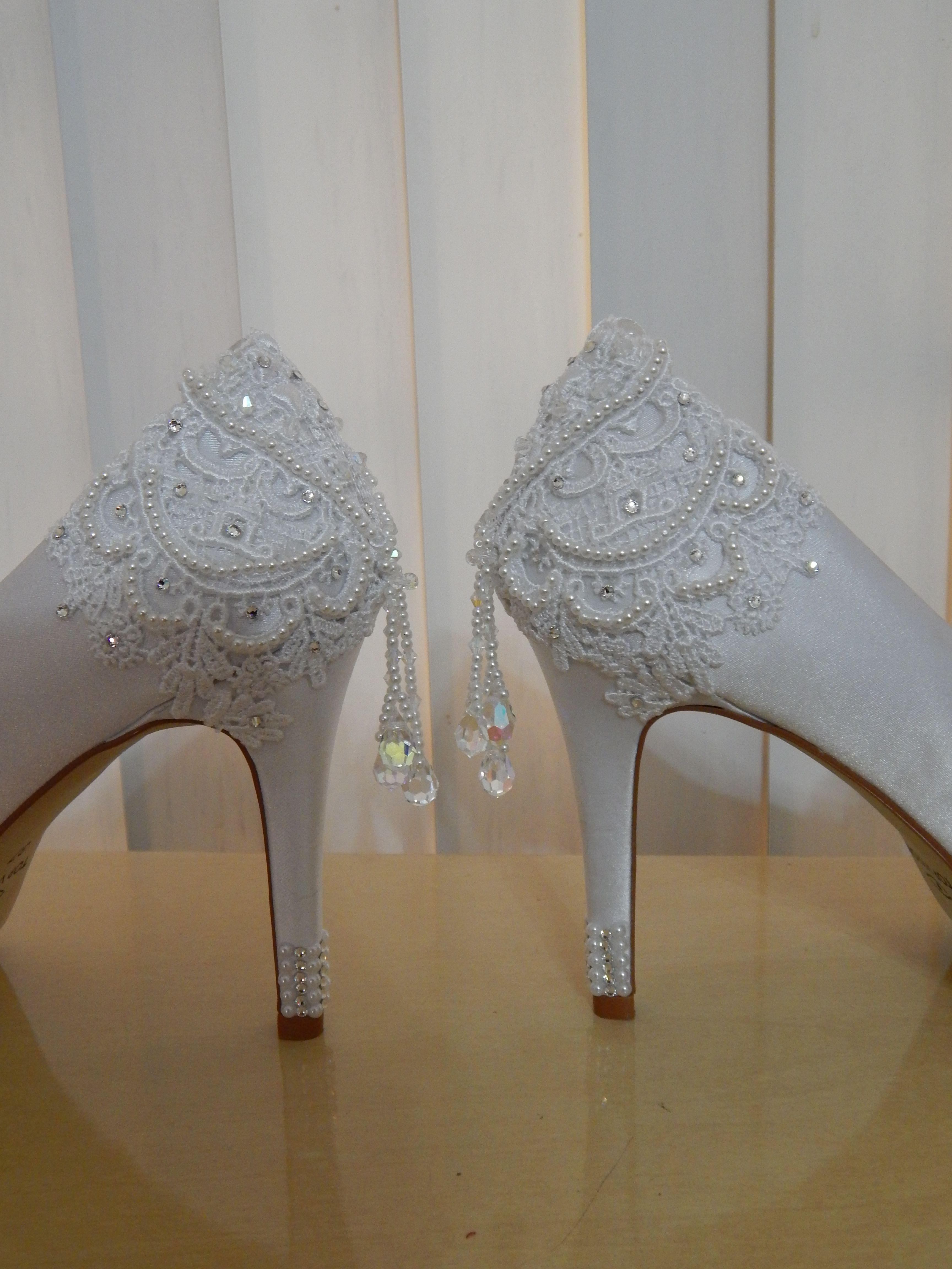3b9466786 Sapatos Ornamental Acessórios customizados com renda de guipir, bordado com  cristais da marca Swarovski e Preciosa, com detalhes de pérolas.