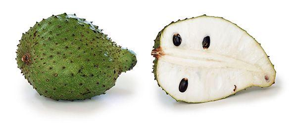 Não só o fruto, mas também as folhas, a casca e as raízes da árvore que dá origem à graviola são utilizadas na preparação de remédios à base de plantas, pelas qualidades benéficas de suas substâncias.