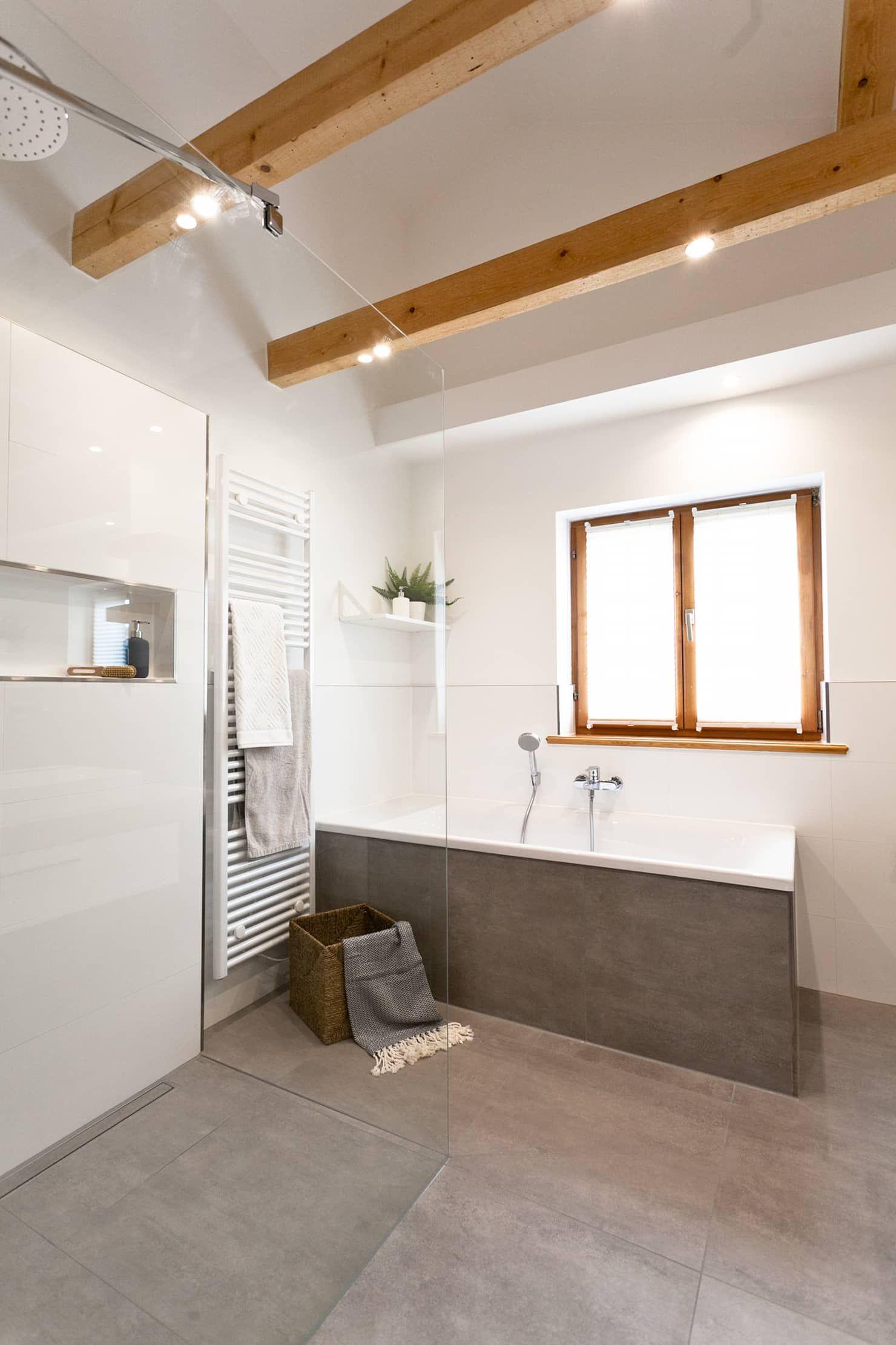 Großes badezimmer mit fliesen in betonoptik: badezimmer von banovo gmbh,rustikal #designbuanderie