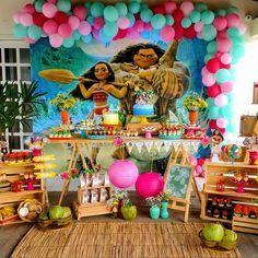 """133 curtidas, 12 comentários - Rê fazendo festa (@renata_sayao) no Instagram: """"Festa Moana! Balões por @jackbaloes. Painel por @betoimpressao. Bolos, mini sobremesas e…"""""""