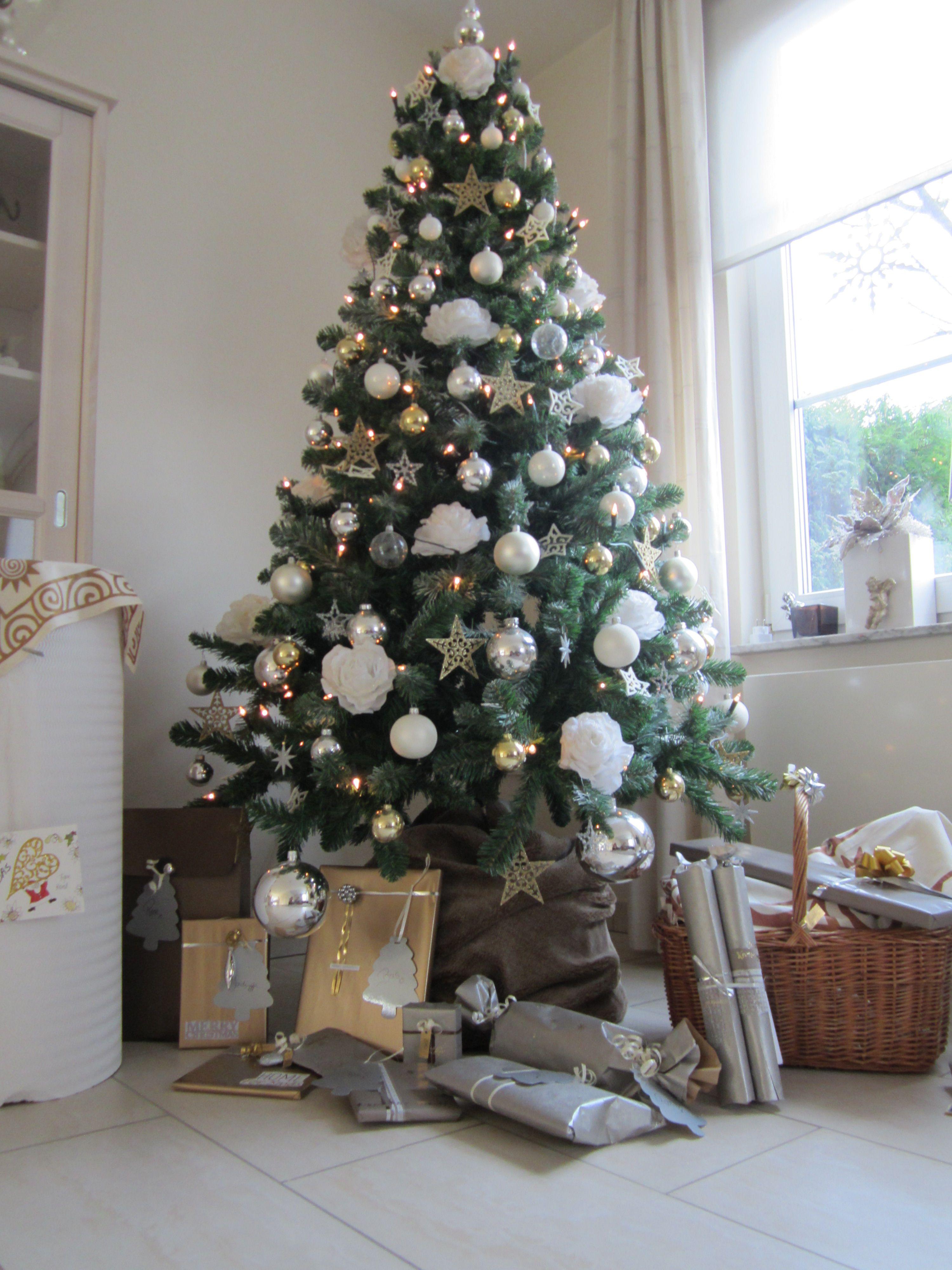White Silver Golden Stars En Roses Christmastree Wit Zilver Gouden Sterren En Rozen Kerstboom Kerstdecoratie Kerst Vakantie Kerst Thuis
