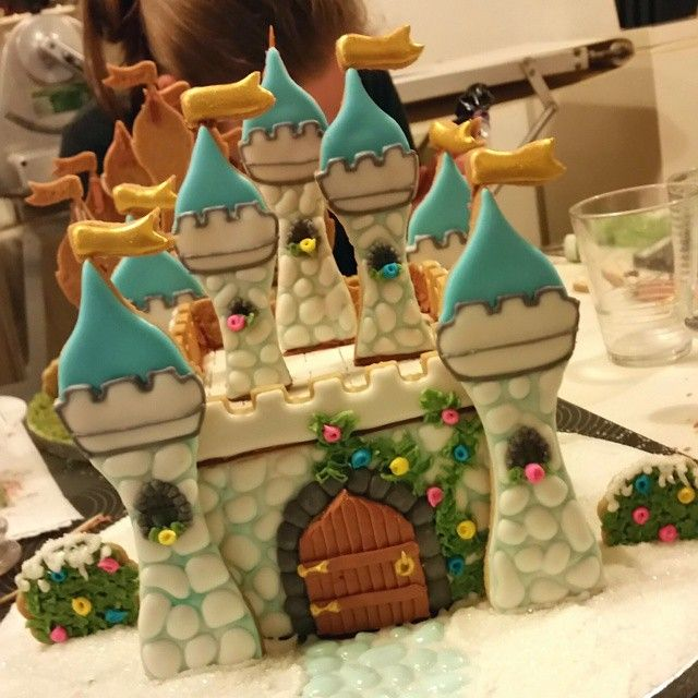 """257 Likes, 11 Comments - Marielle de Vroome (@dekoekenbakkers) on Instagram: """"Making fairy tales come true in today's cookie decorating class 3D Cookie Castle. (castle made by…"""""""