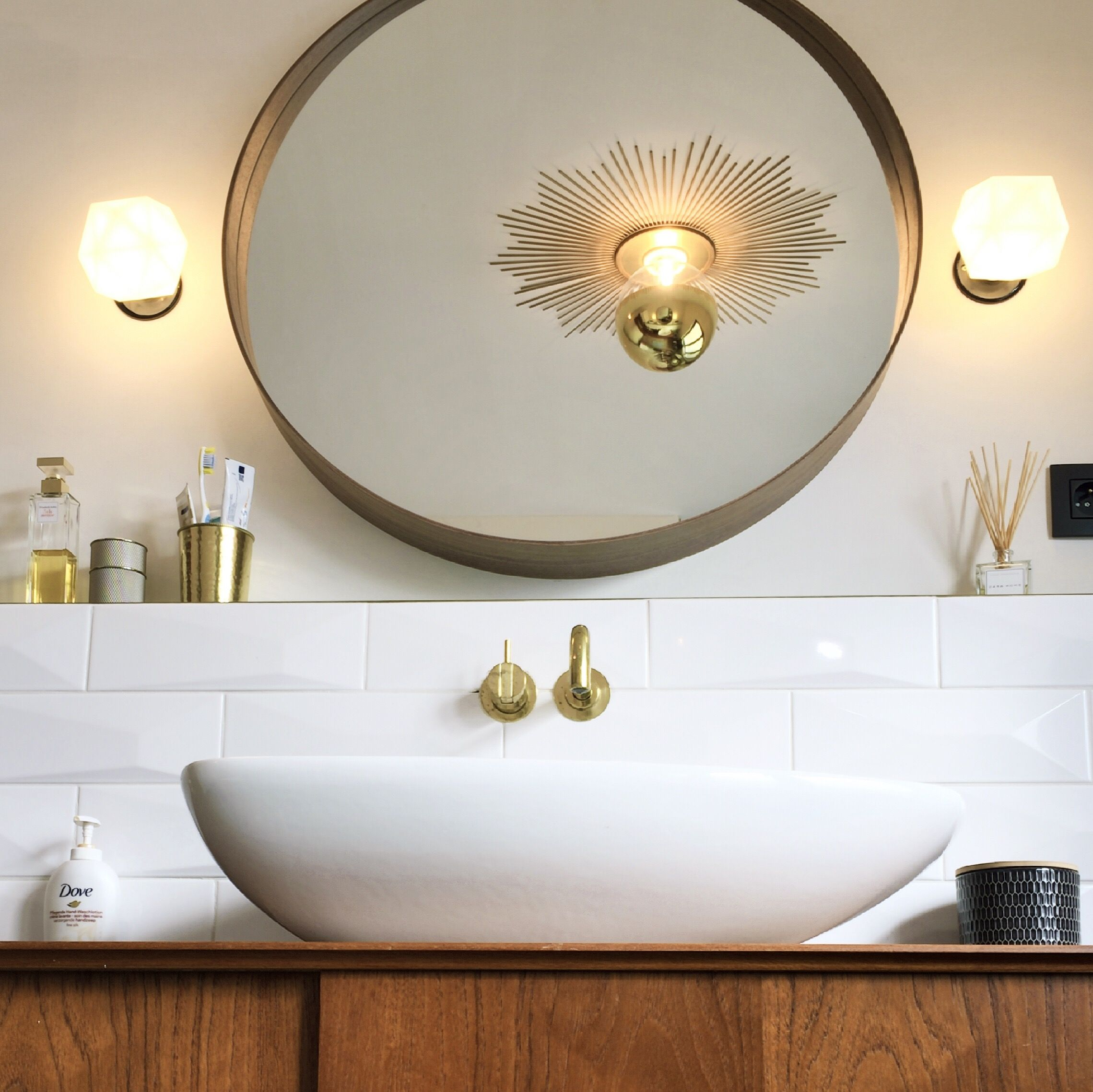 Badkamer krijgt stilaan vorm. Ikea spiegel, starburst mirror ...