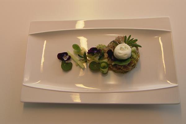 Tonijntartaar, wasabimayo, espuma van komkommer
