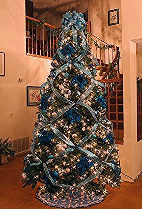 How to Crisscross Ribbons on a Christmas Tree #ribbononchristmastreeideas