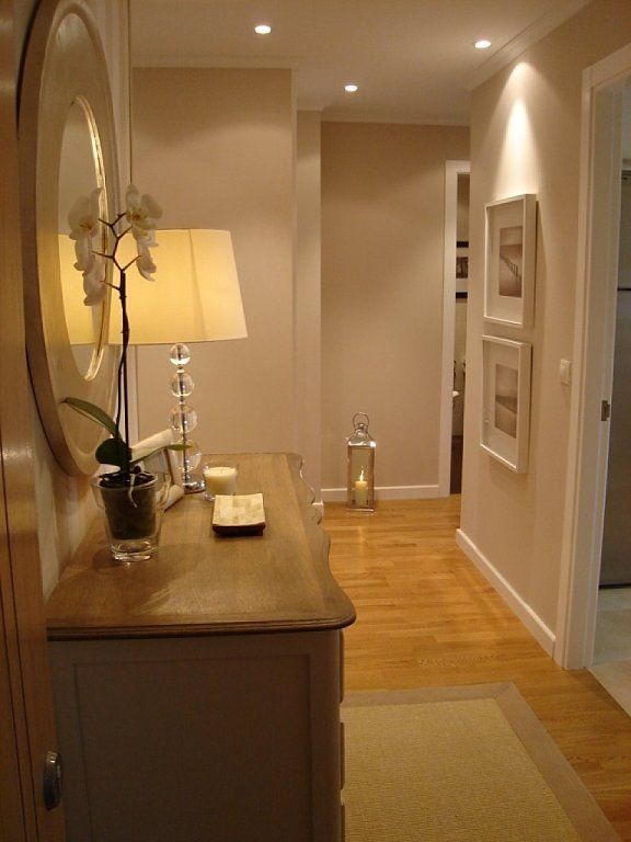 Un pasillo largo y estrecho con puertas a los dos lados for Como decorar un pasillo estrecho