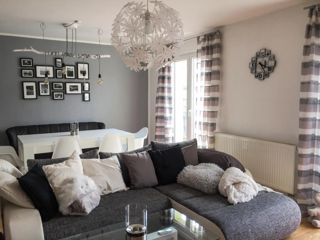 Die Farben schwarz, garu und weiß sind im Wohnzimmer sehr ...